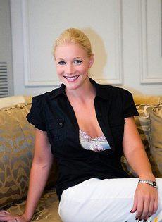 Приличная блондинка оказалась неприличной, когда стала мастурбировать - фото #