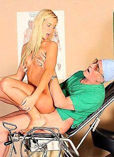 За хорошую новость, девушка согласилась лечь под доктора - фото #