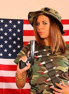 Девушка защищает свою честь и достоинство с помощью пистолета - фото #