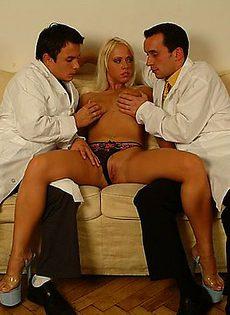 Два дерзких врача позабавились с больной девушкой - фото #