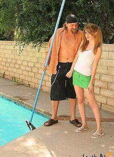 Занялась сексом с чистильщиком бассейнов - фото #