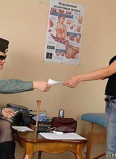 При приеме на службу девушку тщательно обследовали - фото #