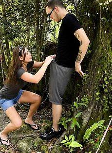 Мужик в парке насадил на свой член симпатичную сучку - фото #