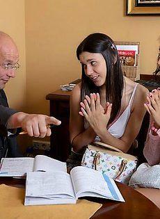 Пожилой репетитор отшлепал двух девчат за плохое поведение - фото #