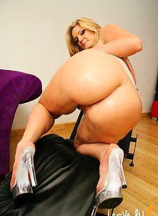Негр с легкостью раздвинул ножки сучке и воткнул в её пизду свой член - фото #
