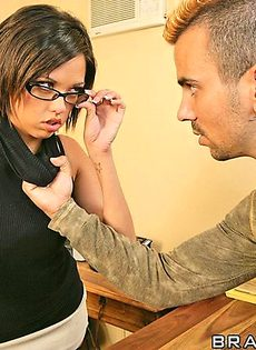 Застукал секретаршу босса за мастурбацией - фото #