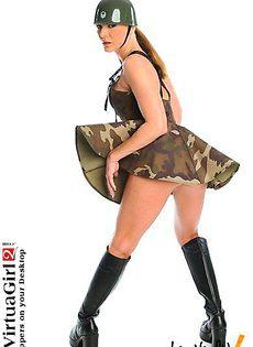 Во время стриптиза девушка несет служку - фото #