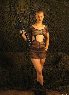 Коротко стриженная мастурбаторша с оружием - фото #