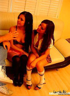 Девушек уговорили заняться групповым сексом - фото #