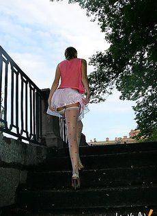 Без трусиков в короткой юбочке - фото #