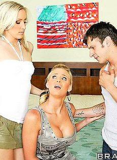 Две блондинки трахнули парня и друг друга - фото #