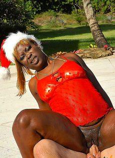 Негритянка на новый год подарила свою попку - фото #