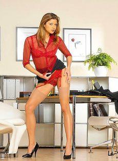 Офисная развратница кончила на столе - фото #