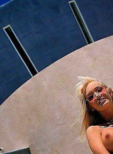 Обеспеченная блондинка наслаждается своим телом - фото #