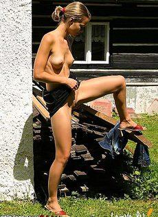 Спряталась возле заброшенного дома и принялась дрочить - фото #