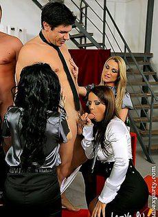 Развлекаясь на банкете девушка увидели сексуальных моделей с огромными членами - фото #