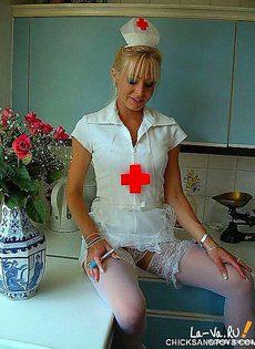 Опытный врач измерила температуру своей пизды - фото #