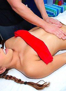 На приеме у массажиста, девушка захотела пососать - фото #
