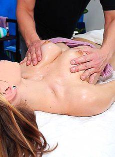 В благодарность за отменный массаж взяла в рот - фото #