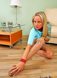 Гламурные ножки прикрытые прозрачными чулками - фото #