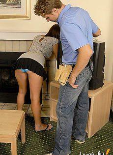 Электрик в замен оплаты за свою работу согласился на секс - фото #