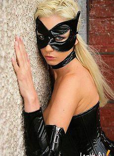 Блондинка в маске устроила симпатичный стриптиз - фото #