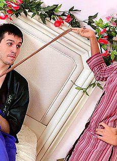 Трахнул женщину в колготках лёжа на кровати - фото #