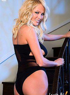 Блондинка с шикарным бюстом на груди - фото #
