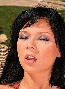 Девушка обмазала все своё тело гелем что бы не сгореть на солнышке - фото #