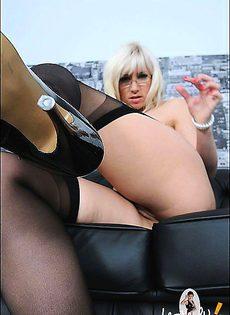 Блондинка так же захотела покрутить своей попкой перед камерой - фото #