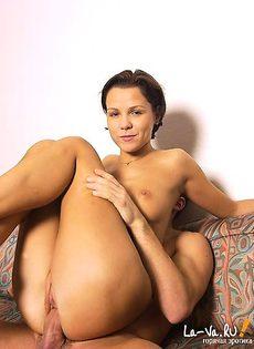 Сел верхом на девушку и стал кончать ей на грудь - фото #