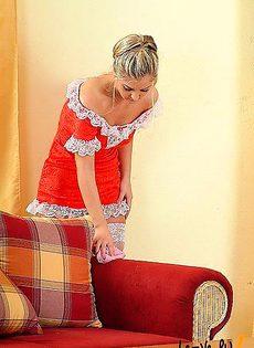 Блондинка в сексуальном бикине - фото #