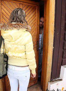 Шлюха прибыла по вызову в загородный домик, где получила членом по лицу - фото #