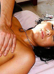 Заняла себя и свой рот оральным сексом - фото #