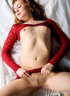 Сделала эротические снимки своей роскошной пизды - фото #