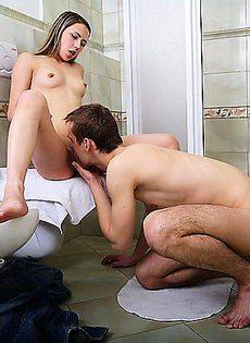 Парень зашел в ванную комнату подрочить на свою девушку - фото #