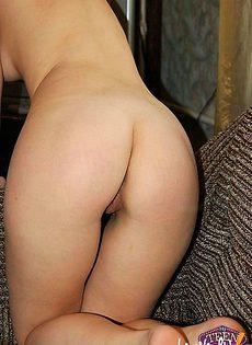 Девушка в домашних условиях снимает себя на камеру во время мастурбации - фото #