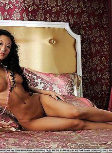Азиатка голышом на огромной кровати - фото #