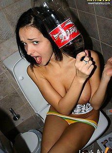 Накурившись, принялась трясти своими сиськами сидя в туалете - фото #