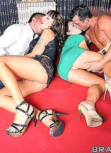 Групповой секс вчетвером на одной кровати - фото #