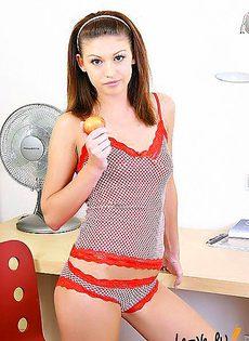 Перед тем как хорошенько оттрахать свою пизду, девушка съела персик - фото #