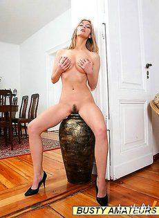 Блондинке стало тоскливо и она увлеклась своей пиздой - фото #