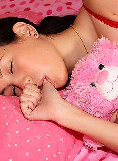 Позабавился со спящей крошкой в её постели - фото #