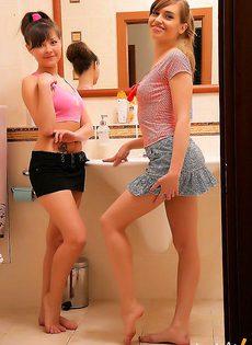 Лесбиянки приняли ванную вдвоем - фото #