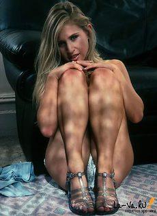 Обворожительный стриптиз взрослой блондинки - фото #