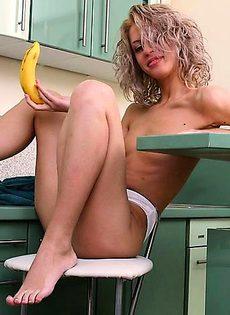 Трахнула себя в жопу и пизду чищенным бананом - фото #