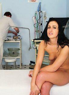 Доктор под видом обследования полюбовался всеми прелестями своей пациентки - фото #
