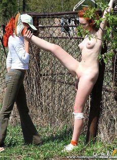 Девушку голышом вышла на улицу - фото #