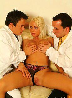 Двое врачей затрахали жопу больной девушки - фото #