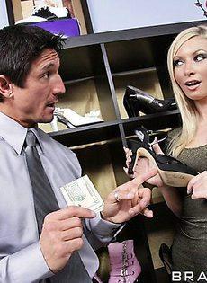 Муж купил своей сексуальной жене туфли, а в благодарность она трахала его хуй - фото #